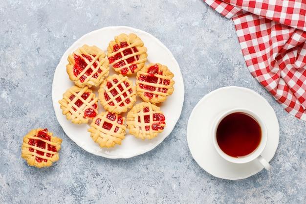 Délicieuses mini tartes aux fruits rouges, vue de dessus