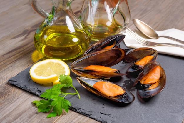Délicieuses moules de fruits de mer au persil et au citron.