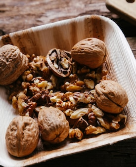 De délicieuses noix sur bol en bois