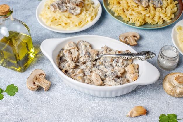 Délicieuses pâtes aux champignons et au poulet, vue de dessus