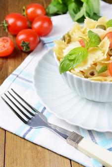 Délicieuses pâtes aux tomates sur plaque sur table close-up