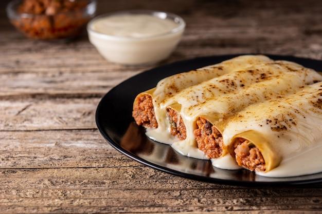 Délicieuses pâtes cannelloni de viande sur table en bois rustique