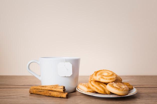 Délicieuses pâtisseries et bâtons de cannelle