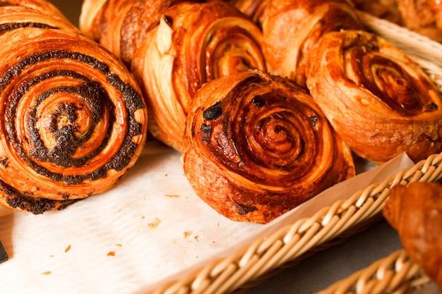 De délicieuses pâtisseries fraîchement cuites dans une pâtisserie.