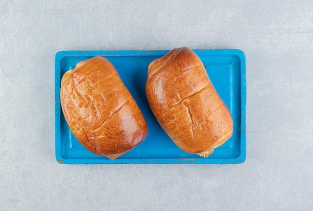 De délicieuses pâtisseries avec des saucisses sur un tableau bleu.