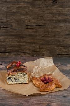 De délicieuses pâtisseries sucrées sur une plaque de cuisson sur une surface en bois.