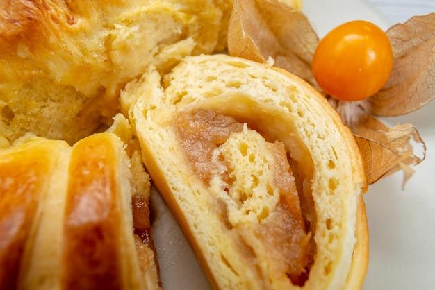 Délicieuses pâtisseries en tranches à l'intérieur de la plaque avec garniture sur blanc, biscuit biscuit pâtisserie thé sucré