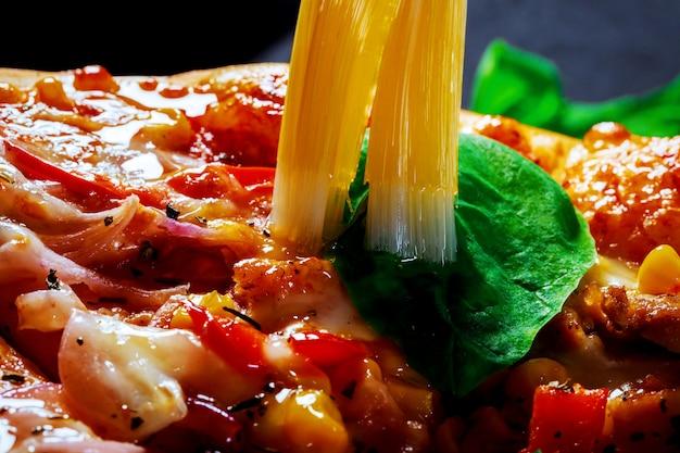 De délicieuses pizzas au bacon et aux champignons se bouchent dans la table