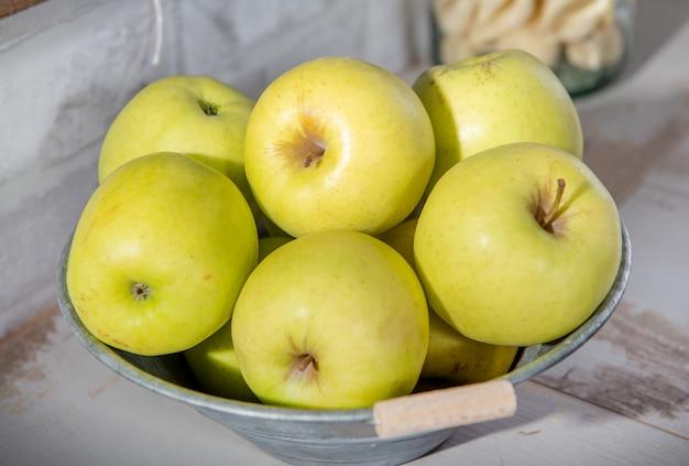 Délicieuses pommes dorées dans un récipient en métal
