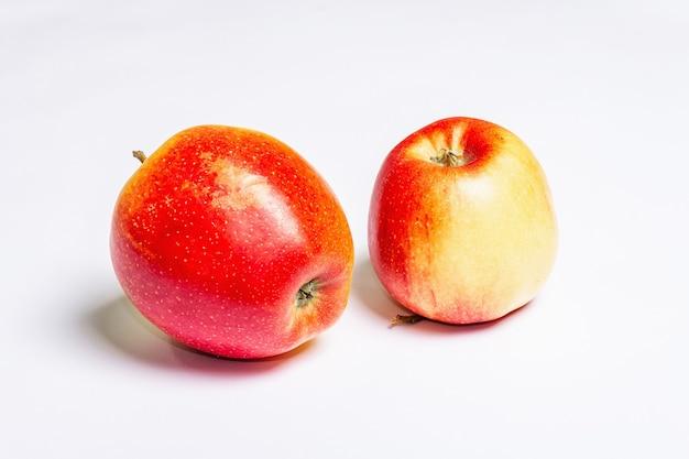 Délicieuses pommes rouges fraîches isolées
