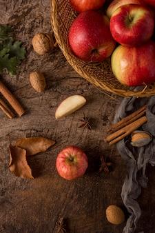 Délicieuses pommes rouges en vue de dessus du panier