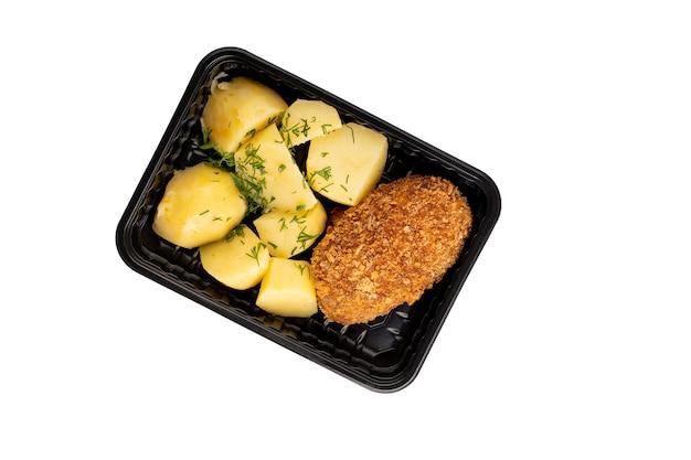 Délicieuses pommes de terre bouillies et livraison de nourriture escalope contenant en plastique isolé sur fond blanc