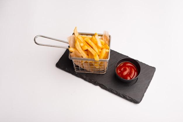Délicieuses pommes de terre frites fraîches et délicieuses dans le panier