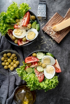 De délicieuses salades prêtes à être servies