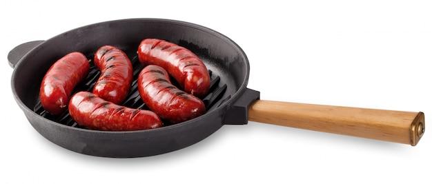 Délicieuses saucisses frites à la viande dans une poêle en fonte avec woode