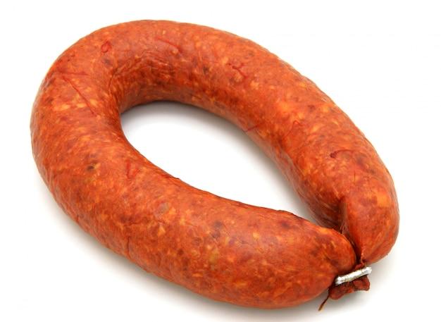 De délicieuses saucisses sont réduites par un anneau
