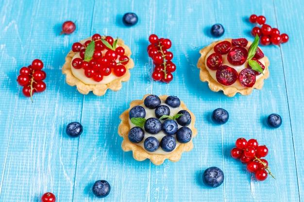 Délicieuses tartes aux baies d'été rustique faites maison.