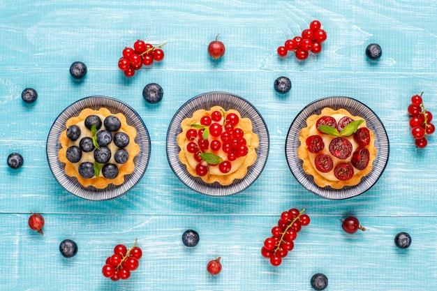 Délicieuses tartes aux baies d'été rustiques faites maison.
