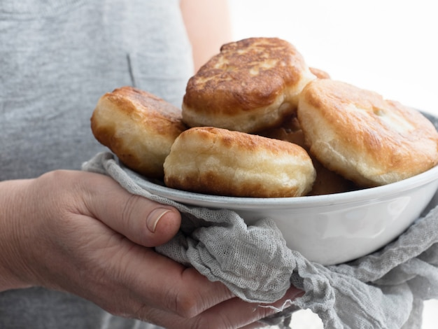 Délicieuses tartes cuites au four par une grand-mère bienveillante