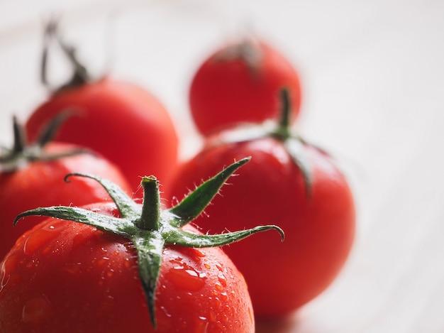 De délicieuses tomates rouges juteuses. fermer.