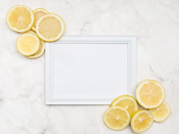 Délicieuses tranches de citron avec maquette