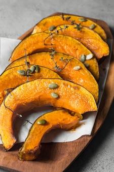 Délicieuses tranches de citrouille cuites au four avec des graines