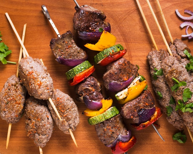 Délicieuses viandes et légumes de restauration rapide arabe sur des brochettes