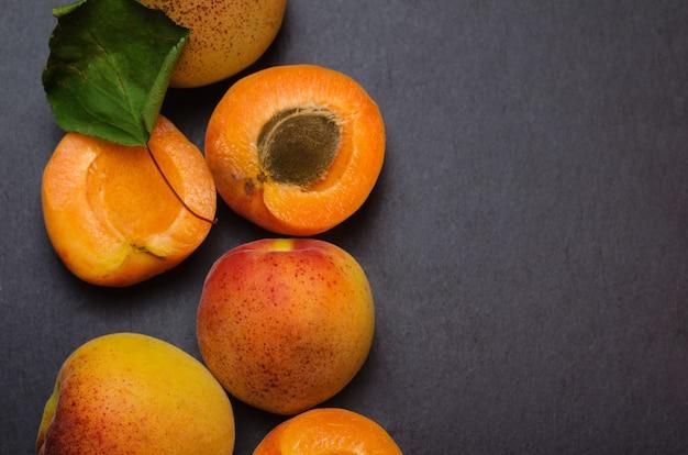 Délicieux abricots mûrs sur schiste noir