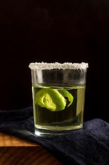 Délicieux arrangement de boissons mezcal
