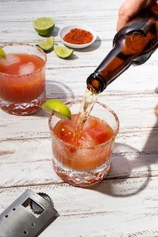 Délicieux arrangement de boissons michelada