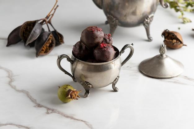 Délicieux arrangement de desserts végétaliens riches en protéines
