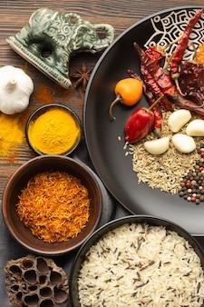 Délicieux arrangement d'épices indiennes