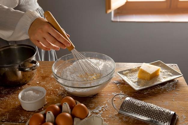 Délicieux arrangement de fabrication de pain au fromage