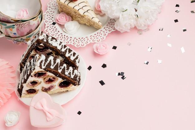 Délicieux arrangement de gâteau grand angle
