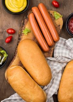 Délicieux arrangement d'ingrédients de hot-dog