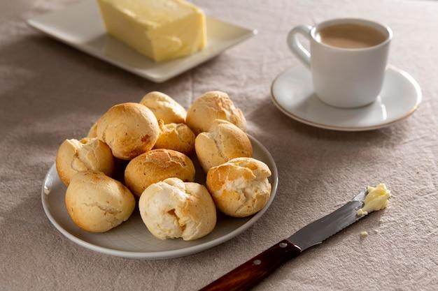 Délicieux arrangement de pain au fromage cuit au four