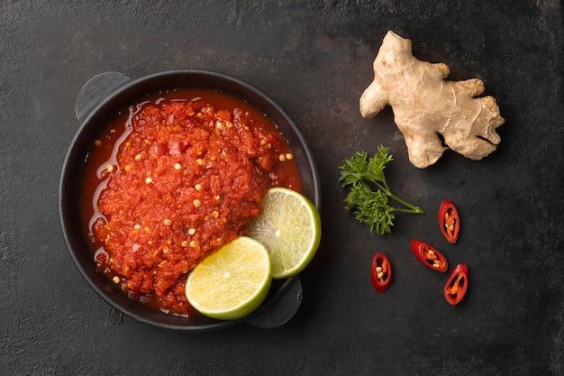 Délicieux arrangement de plat de sambal