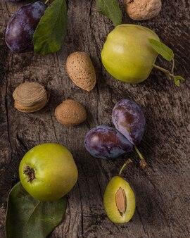 Délicieux arrangement de prunes au-dessus de la vue