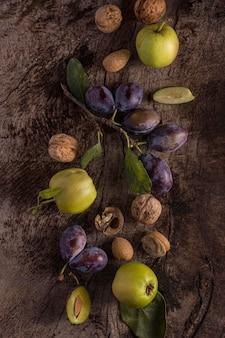 Délicieux arrangement de prunes à plat