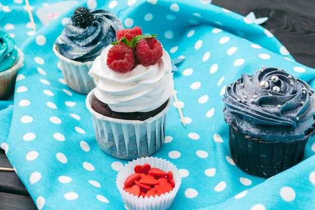 Délicieux assortiment de beaux petits gâteaux bouchent