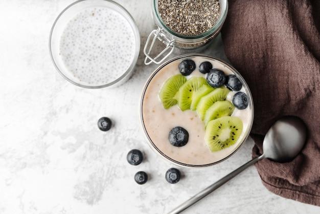 Délicieux assortiments de lait et de fruits vue de dessus