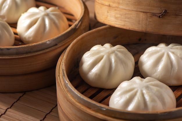 Délicieux baozi, petit pain chinois à la viande cuit à la vapeur