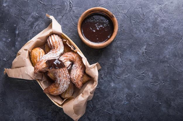Délicieux bâtonnets de churros frits et saupoudrés de sucre en poudre