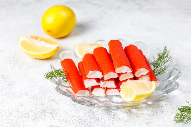 Délicieux bâtonnets de crabe préparés pour être mangés.