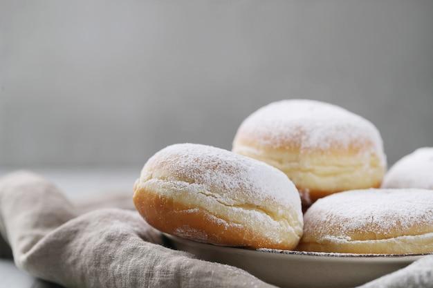 De délicieux beignets faits maison pour le dessert