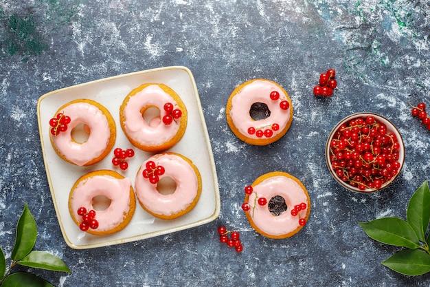 Délicieux beignets de glaçage aux groseilles rouges faits maison.