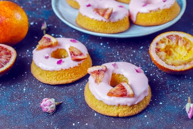 De délicieux beignets glacés à l'orange sanguine faits maison.