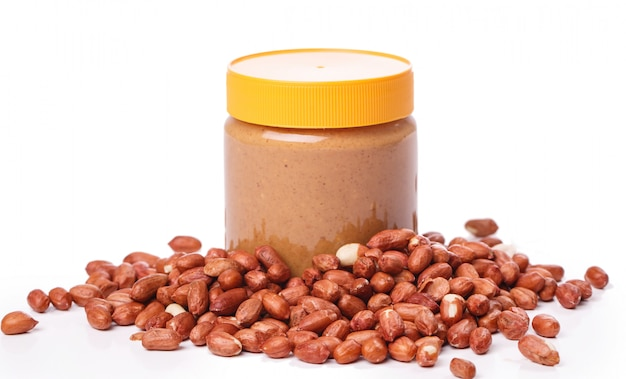 Délicieux beurre d'arachide sur la table