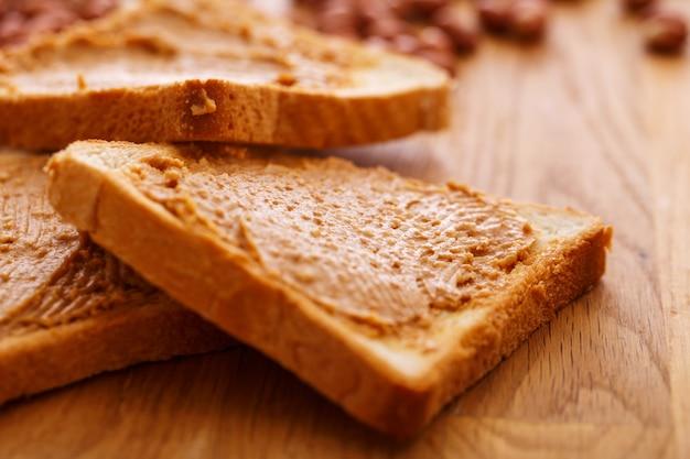 Délicieux beurre d'arachide sur un toast
