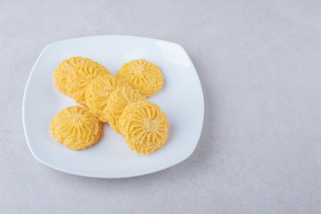 De délicieux biscuits sur une assiette sur une table en marbre.